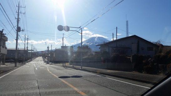 目の前には富士山がそびえる 国道138号線にて