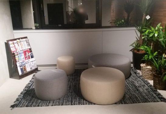 オーナーズブック社のロビーにはおしゃれなソファとマガジンラックが完備